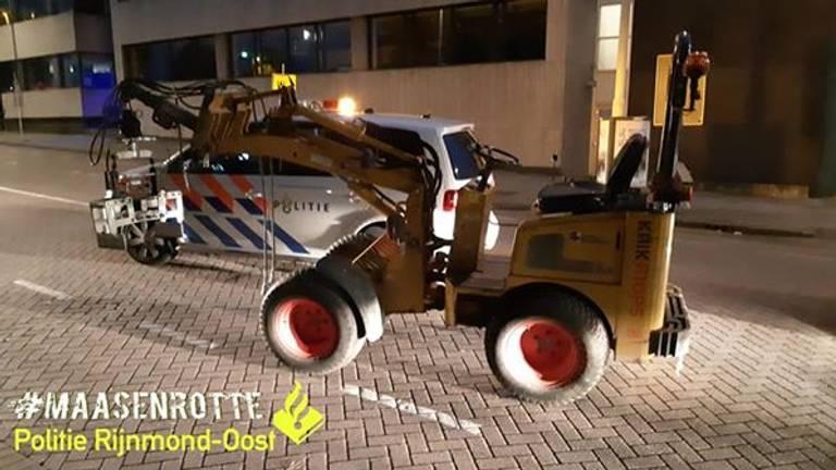 De graafmachine waarop de verdachte ervandoor ging (foto: politie Rijnmond-Oost via Facebook)