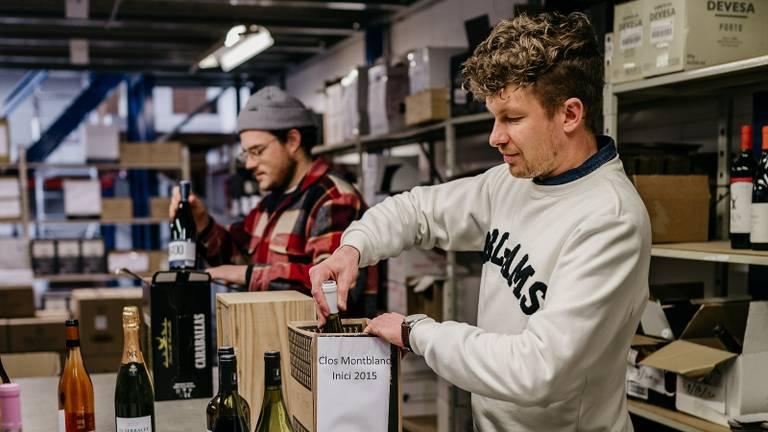Frank en Thibaud van Breda Maakt Mij Blij pakken de wijn in (foto: Breda Maakt Mij Blij).