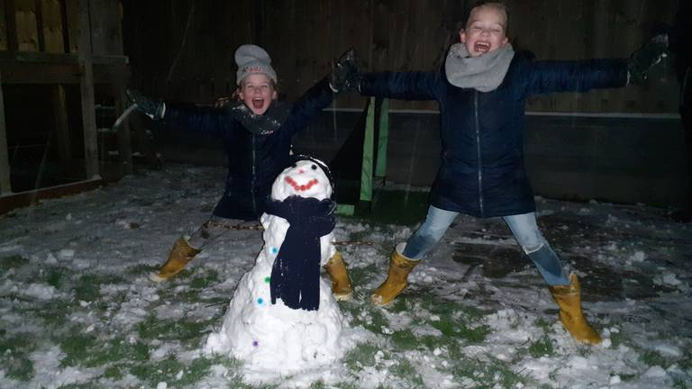 Nikki en Maud Goorden uit Schijf genieten met volle teugen (foto: Birgit Koevoets).