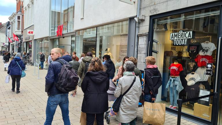 Een rij bij H&M in een winkelstraat (foto: Noël van Hooft)