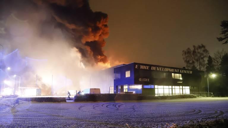 Het vuur zou in de hal van het bedrijf in Cuijk ontstaan zijn (foto: SK-Media).