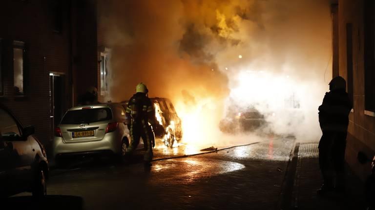 Eén van de branden waarvoor een man in Grave vastzit: een auto die in lichterlaaie staat aan de Achter de Marstal (archieffoto: SK-Media).