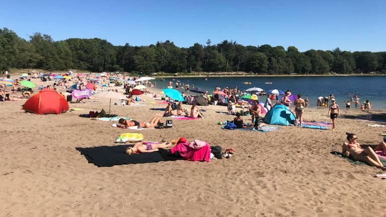 Op het strand bij de Galderse Meren werd vrijdagochtend goed afstand gehouden (foto: Ilse Schoenmakers)