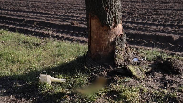 De automobilist raakte meerdere bomen langs de zandweg in Wilbertoord (foto: Marco van den Broek/SQ Vision).