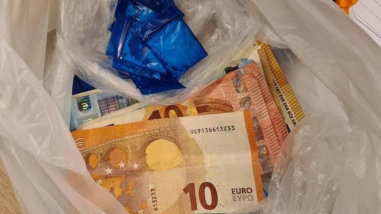 Een deel van de drugs en het geld dat in beslag is genomen (foto: politie Den Bosch Facebook).