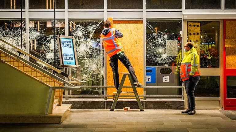 Herstelwerkzaamheden bij het station van Eindhoven na de rellen van zondag (foto: Sem van Rijssel/SQ Vision).