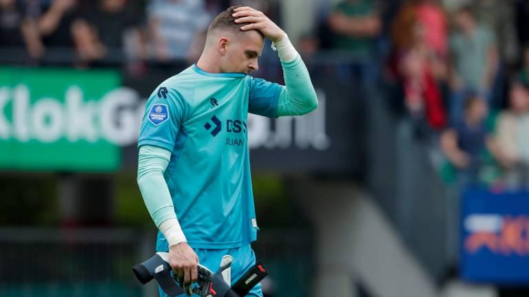 Jorn Brondeel baalt na zijn rode kaart tegen NEC (foto: Orange Pictures).