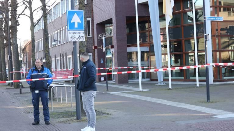De ingang van het gemeentehuis is afgezet (foto: Marco van den Broek / SQ Vision).