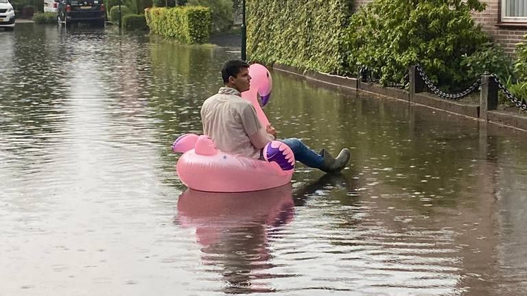 Na het noodweer was het voor deze man uit Den Dungen goed toeven op het water.