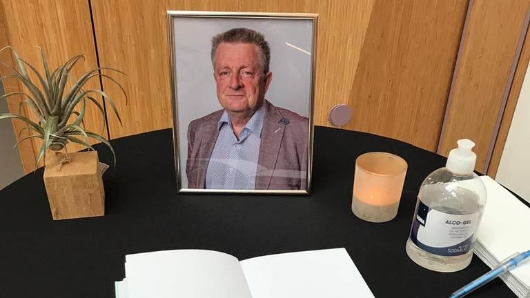 Het condoleanceboek en een foto van Jack de Vlieger (foto: gemeente Sint-Michielsgestel).