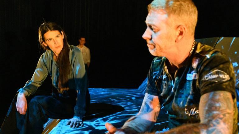 Alma en Raymond in de voorstelling 'Gevaarlijke namen'. (foto: Het Zuidelijk Toneel)