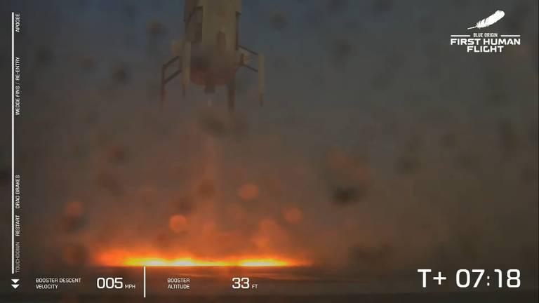Grote uitlaatvlammen bij landen van de booster (Beeld: livestream Blue Origin).