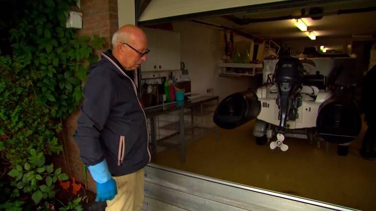 Peter hoopt dat het water buiten blijft (foto: Omroep Brabant).
