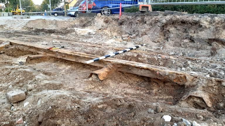 De oude rail voordat hij uit de grond werd geplaatst (Foto: Hanneke van Alphen).