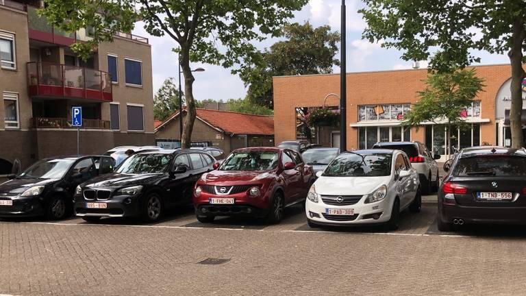 Een parkeerplaats in Valkenswaard rond halfvijf (foto: Peer van den Heuvel)