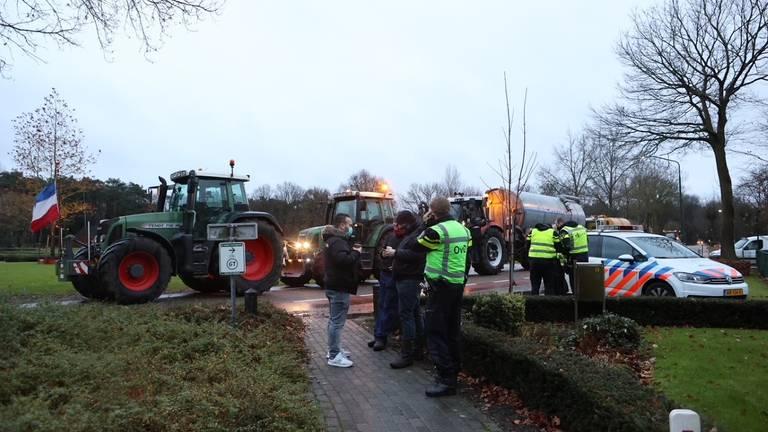 Boeren en politie bij het huis van Frits van Eerd (foto: Bart Meesters/SQ Vision).