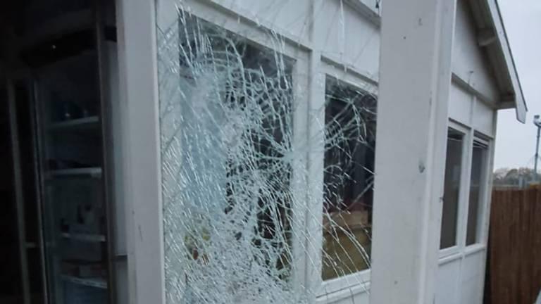 Vernielde ramen (foto: Tim Frenken).