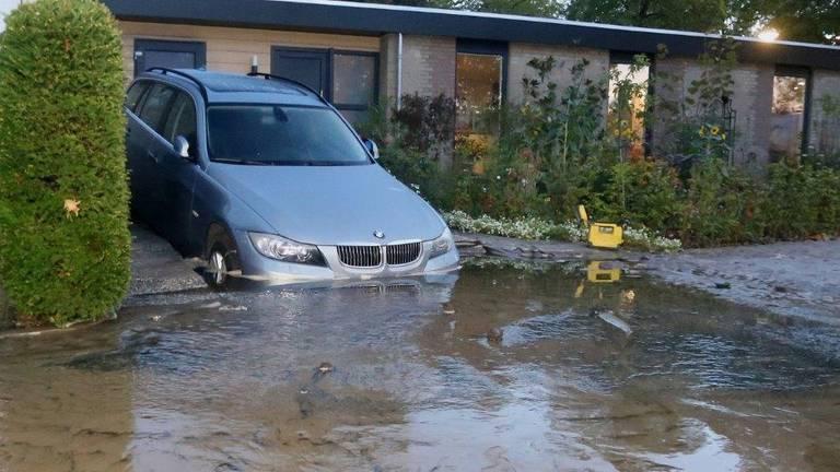 De auto van Janine zakte in een sinkhole (foto: Bart Meesters/SQ Vision)