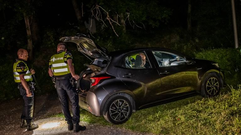 De politie onderzoekt de auto (foto: Toby de Kort/SQ Vision Mediaprodukties).