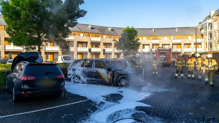 Eén auto kon enigszins worden gered (foto: Iwan van Dun/SQ Vision Mediaprodukties).