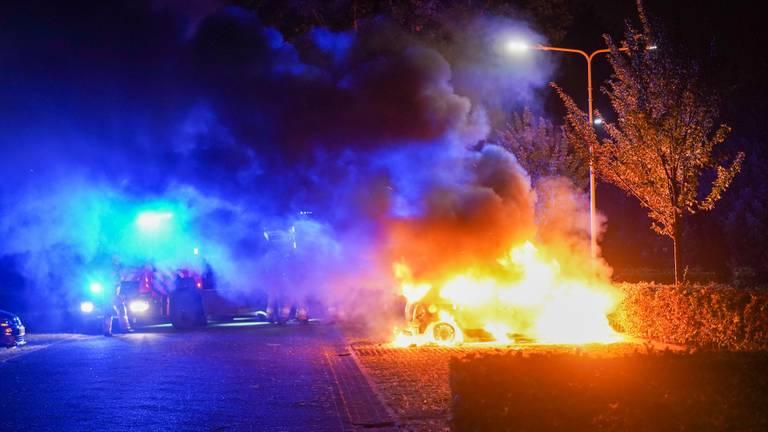 De brandweer bluste de auto in Oss (foto: Gabor Heeres/SQ Vision).