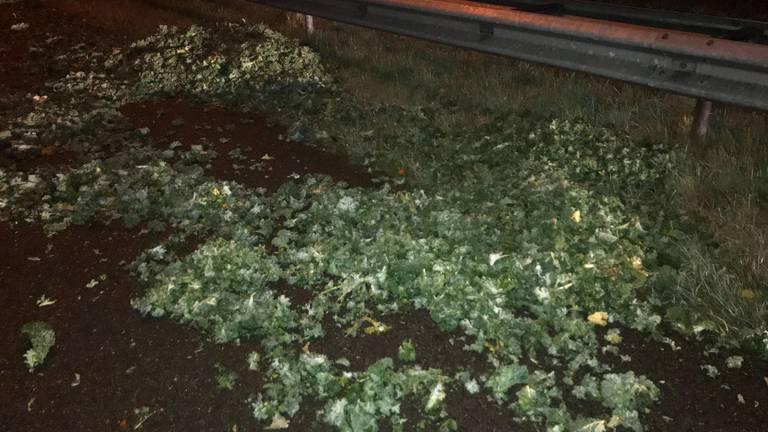 De troep op de weg (foto: Twitter Rijkswaterstaat/weginspecteur Ron van G.).