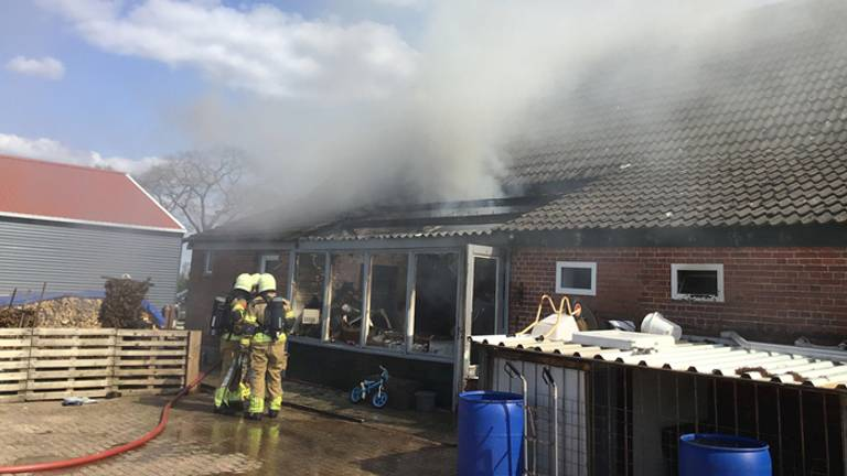 De brandweer bezig met het blussen (foto: Veiligheidsregio Midden- en West-Brabant).