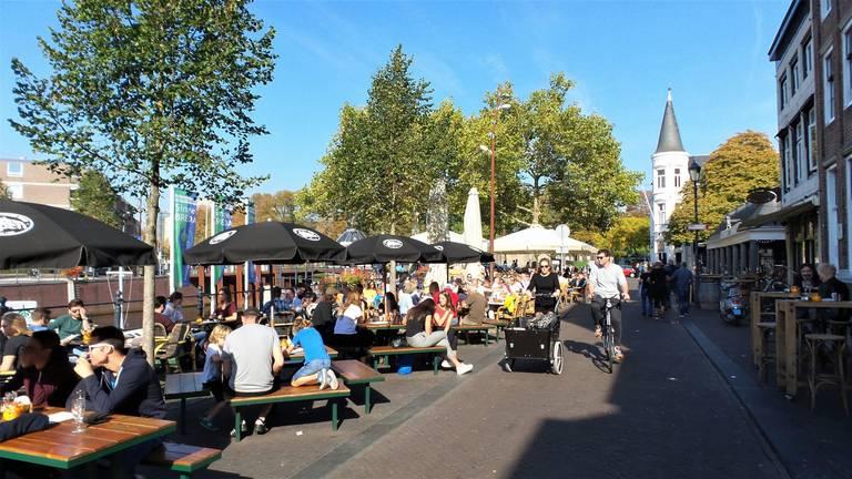 Toen de terrasjes nog afgeladen vol zaten in Breda (foto: archief).