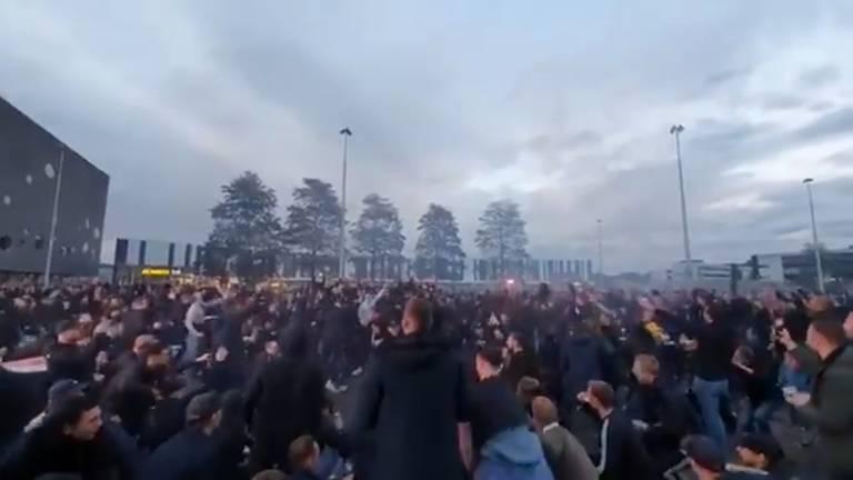 Feestende fans in Tilburg (foto: ultrassnl/Twitter)