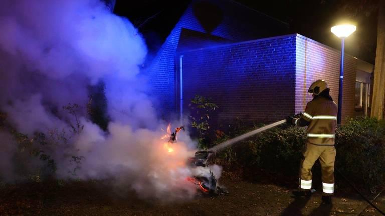 De brandweer kon niet voorkomen dat de deelscooter in de T.M. Kortenhorstlaan in Rosmalen verloren ging (foto: Bart Meesters).