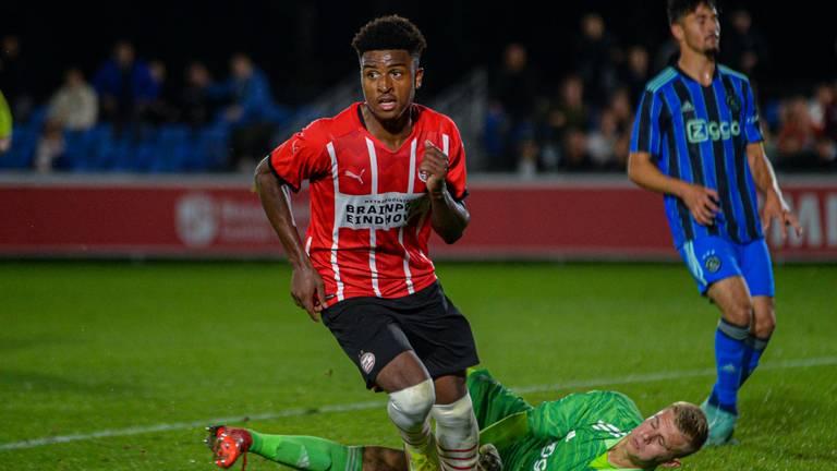 Nigel Thomas heeft toegeslagen en brengt de hoop op een zege terug bij Jong PSV (foto: Orange Pictures).