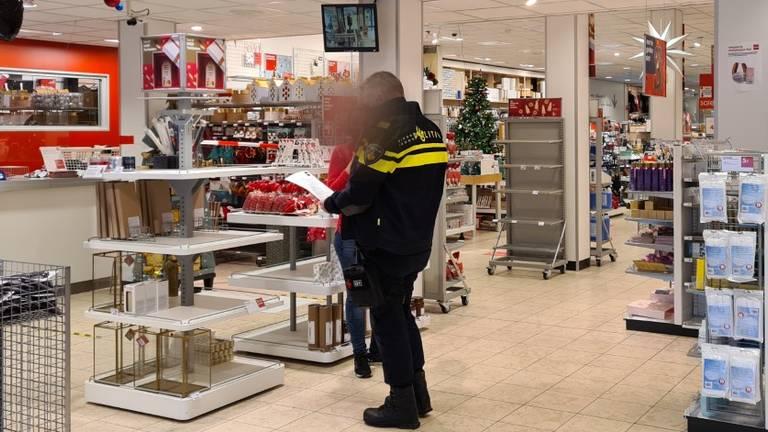 Politieagent bij de HEMA.