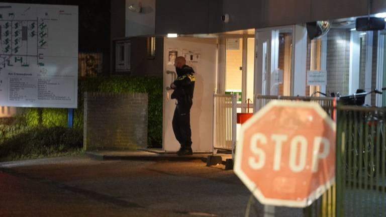 De politie doet onderzoek bij het azc in  Budel (foto: WdG/SQ Vision).