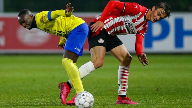 Kristófer Kristinsson (Jong PSV, r.) en doelpuntenmaker Issa Kallon (l.), (foto: Orange Pictures).