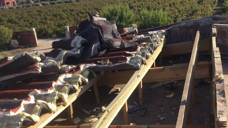 Het gehele dak moest gesloopt worden (foto: Gine Shearlaw).