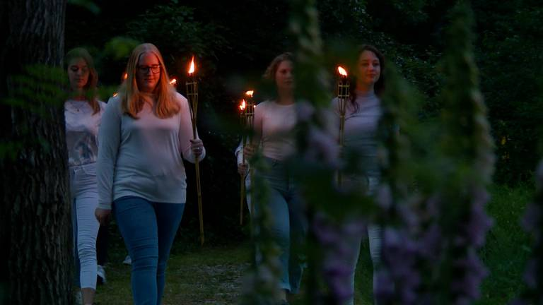 De jongeren van Naat Piek met de lichtjes van hoop.