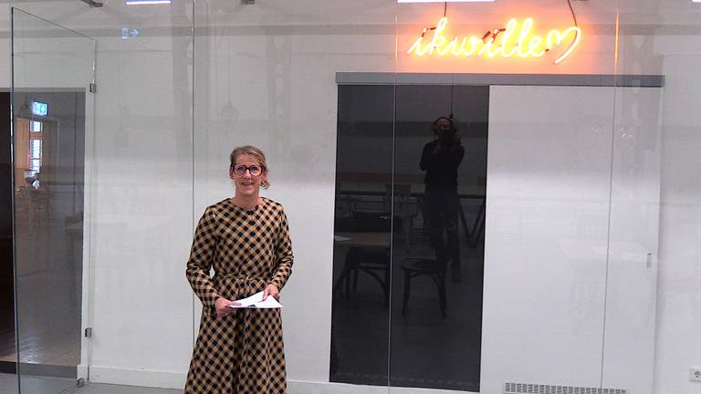 Ivonne bij een werk van kunstenaar Bert Schutter (foto: Omroep Brabant).