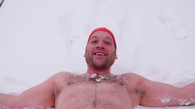 Bjorn ligt nog even in de sneeuw