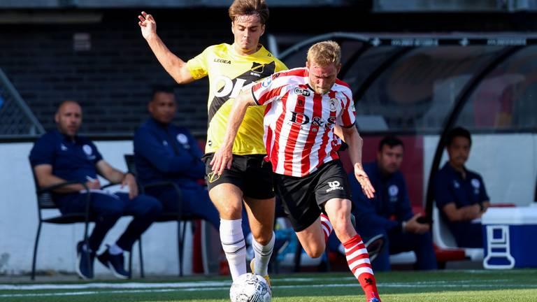 Sparta-verdediger Laurent Jans probeert Kaj de Rooij van de bal af te schermen (Foto: Orange Pictures).