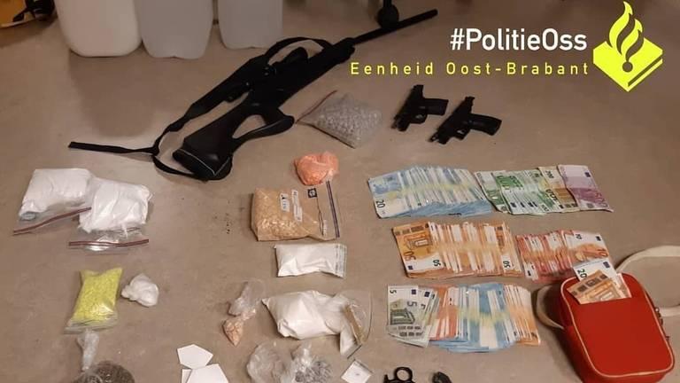 Er werd nogal wat gevonden in het huis in Vorstenbosch (foto: Facebook politie Oss).