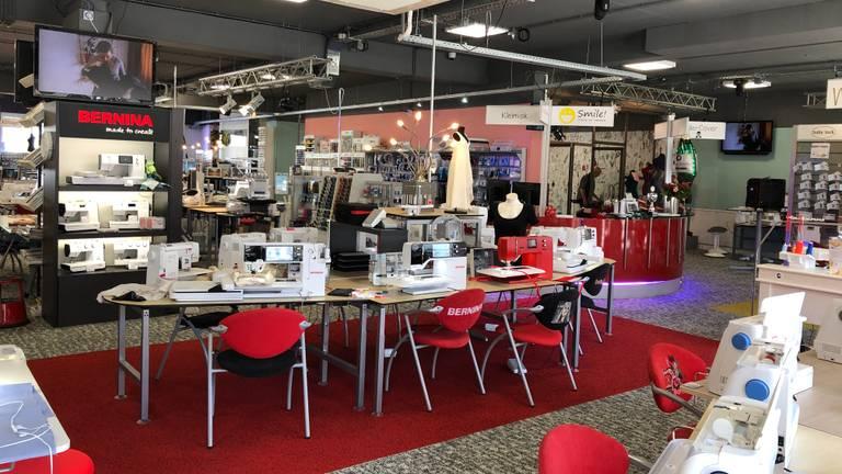 Zelfs uit Japan komen ze naar Eindhoven om de naaimachines te bekijken.