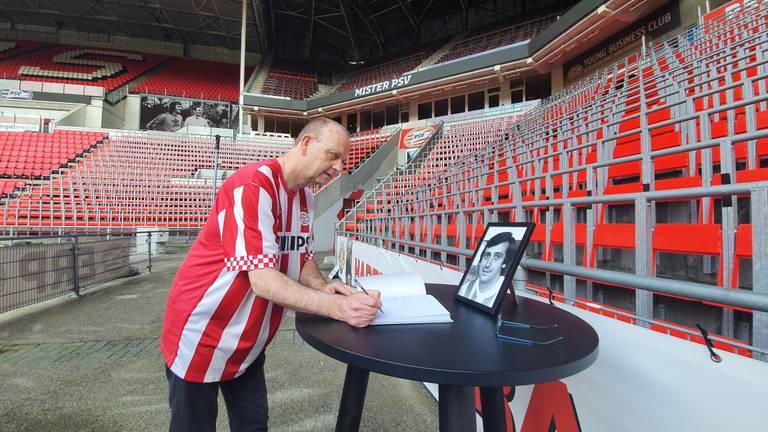 PSV-fan Bert tekent het condoleanceregister van zijn 'held'