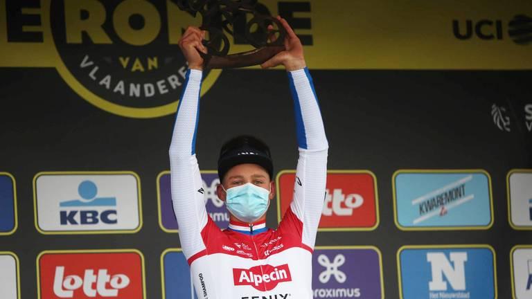Van der Poel met de RVV-trofee (Foto: OrangePictures).