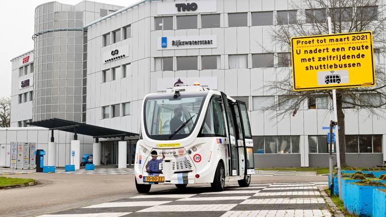 Langs de route van de zelfrijdende bus komen waarschuwingsborden (foto: Bart van Overbeeke Fotografie).