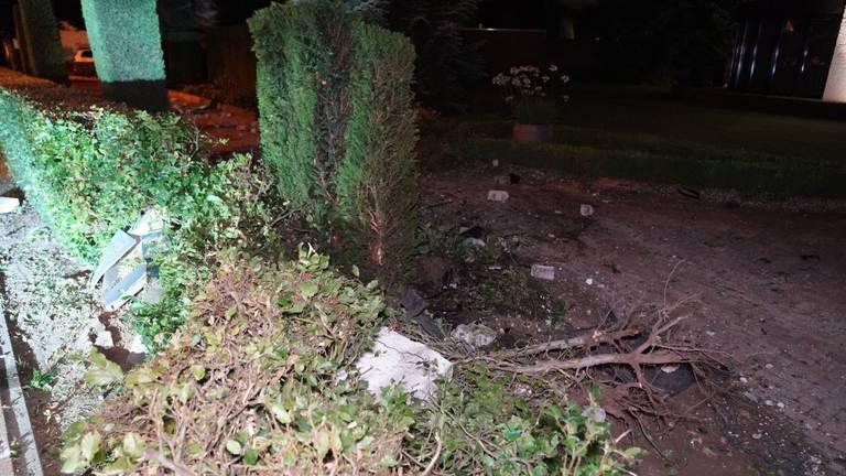 Een ravage in de tuin waar de auto in Soerendonk in schoot (foto: SQ Vision).