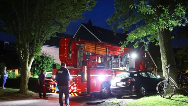 De brandweer moest eraan te pas komen om de vrouw van het dak te halen (foto: Bart Meesters).