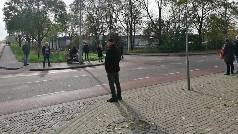 Verschillende mensen bekijken de brand op een afstandje (foto: Ista van Galen)