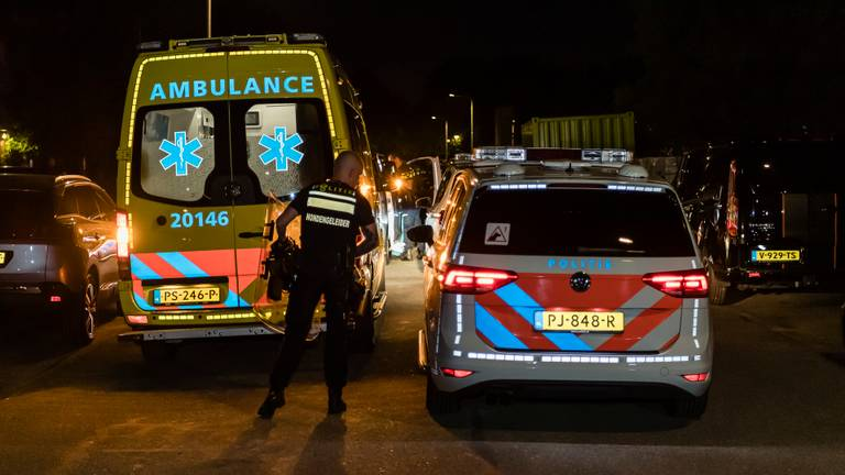 Vanwege de steekpartij kwamen meerdere hulpdiensten naar de Van Breestraat in Tilburg (foto: Jack Brekelmans/SQ Vision).