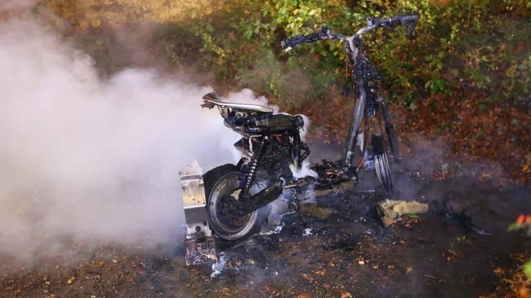 De treurige aanblik van een uitgebrande deelscooter (foto: Bart Meesters).