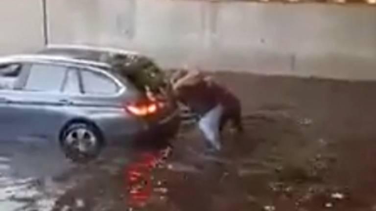 Demelza (18) helpt vrouw in gestrande BMW uit ondergelopen tunnelbak: 'Kon het niet aanzien'